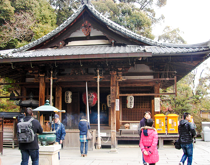 kyoto-travel-golden-temple-pavilion-kinkakuji-fudo-hall-bells
