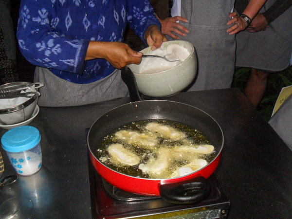bali_cooking_class_frying_bananas